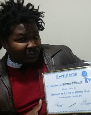 Depois de receber o certificado de destaque do estado do Paraná (Foto: Reprodução/Internet)