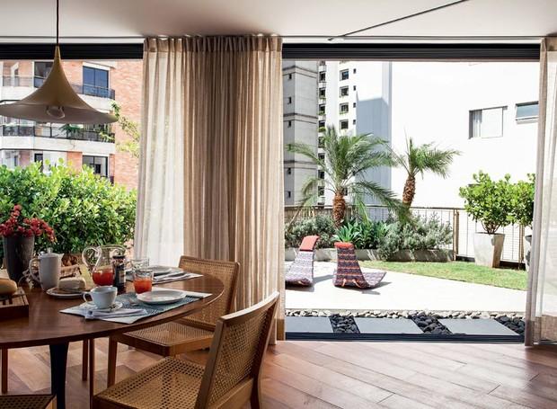 mesa-de-jantar-cadeira-cortina-jardim-cobertura-piso-madeira-pendente-jardim (Foto:  Marco Antonio/Editora Globo)