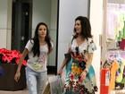 Fátima Bernardes passeia com uma das filhas em shopping no Rio