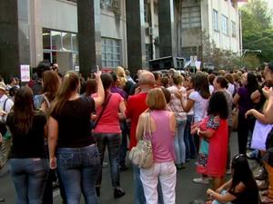 Servidores se reúnem para reivindicar 10% de reajuste salarial em Rio Claro (Foto: Reprodução/EPTV)