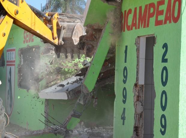 Casa que foi usada como sede do Sousa Esporte Clube foi derrubado após determinação judicial, na Paraíba (Foto: Charley Garridos/Arquivo Pessoal)