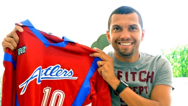 Amoroso tem coleção de mais de 500 camisas de futebol (Foto: Murilo Borges/Globoesporte.com)