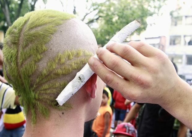 Em maio deste ano, um homem exibiu um corte de cabelo com o formato de uma planta cannabis durante uma marcha pela legalização da droga em Medellín, na Colômbia, como parte da Marcha Mundial da Maconha. (Foto: Albeiro Lopera/Reuters)