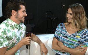 Caio Braz entrevista Fernanda Lima nos bastidores do desfile da Forum