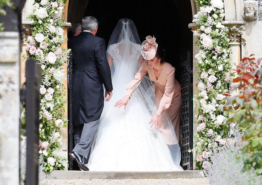 Kate Middleton arruma vestido de Pippa antes da entrada da irmã na igreja (Foto: Getty Images)
