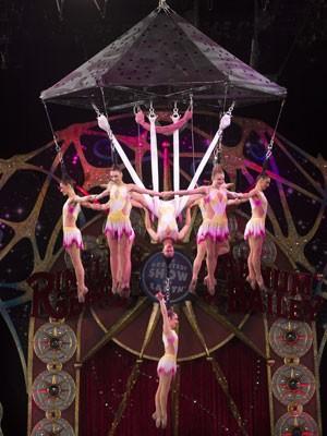No número, as bailarinas formavam um candelabro humano presas pelos cabelos (Foto: Divulgação/Feld Entertainment)