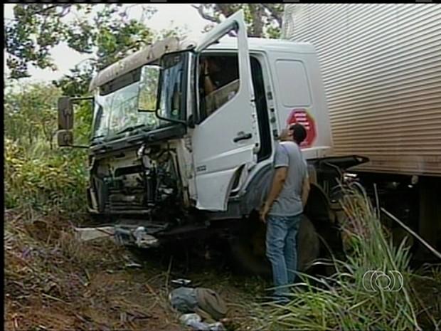 Caminhão invade pista contrária e bate em carro, próximo à Wanderlândia (Foto: Reprodução/TV Anhanguera)