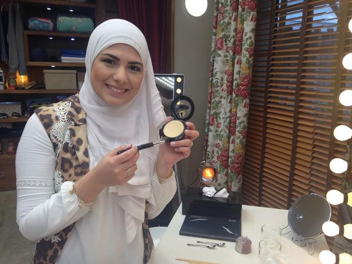 Mag Halat ensina a fazer pó iluminador caseiro (Foto: Carolina Morgado / Gshow)