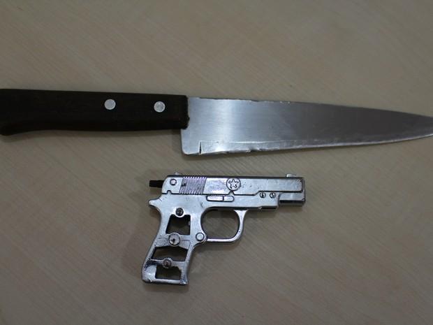 Simulacro foi aprreendido junto com faca, em Guajará (Foto: Junior Freitas/ G1)