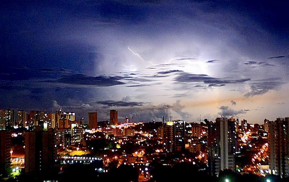 Muitos raios caíram em Manaus durante o temporal (Foto: Marcia Teles/VC no G1)