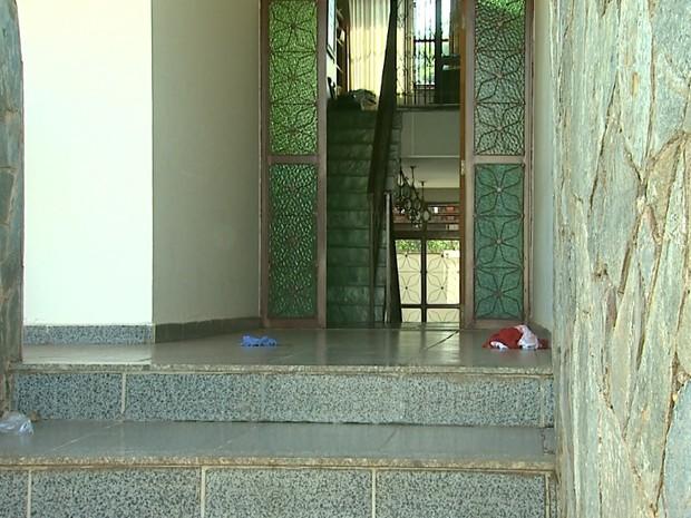 Peritos estiveram na residência da família após o crime (Foto: Reprodução/EPTV)