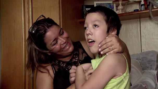 Família pede ajuda para criança que se alimenta com sonda (Foto: Reprodução/TV Tribuna)