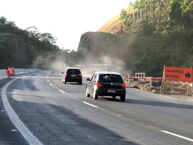 Trecho do km 55 da Tamoios tem problemas como excesso de maquin�rio. (Foto: Carlos Santos/G1)