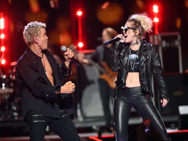 Billy Idol e Miley Cyrus se apresentam em festival de música em Las Vegas, nos Estados Unidos (Foto: Kevin Winter/ Getty Images/ AFP)