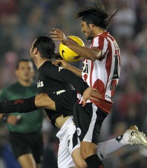 Leandro Zárate Botafogo contra o Estudiantes (Foto: AFP)