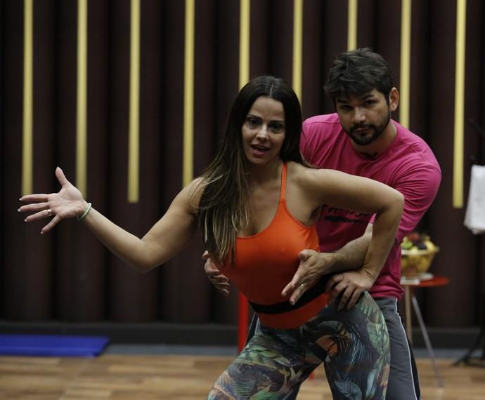 Viviane Araújo com o professor Marcelo Grangeiro (Foto: Fábio Rocha / Gshow)