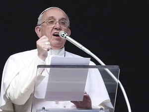 Papa Francisco durante cerimônia do Angelus neste domingo (1º) (Foto: Alessandro Bianchi/Reuters)