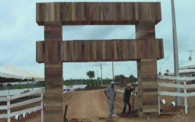 Os preparativos finais para a exposição em Acrelândia. (Foto: Acre TV)