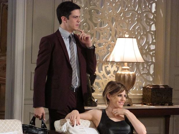 Félix estranha ao ver que o pai não chegou ainda e que Aline está lá (Foto: Amor à Vida/TV Globo)
