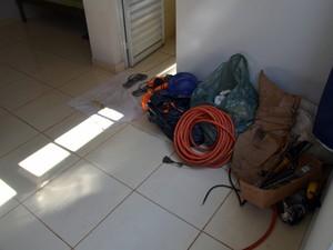Ferramentas foram deixadas nos quartos do alojamento em Piracicaba (Foto: Leon Botão/G1)