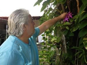 O fotógrafo e pesquisador Jorge Macêdo cultiva várias espécies de orquídeas em casa (Foto: Neidiana Oliveira G1)