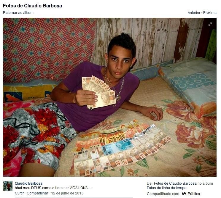 No Facebook, jovem exibia dinheiro que conseguia provavelmente de assaltos na capital, de acordo com a Polícia Militar  (Foto: Reprodução/Facebook)