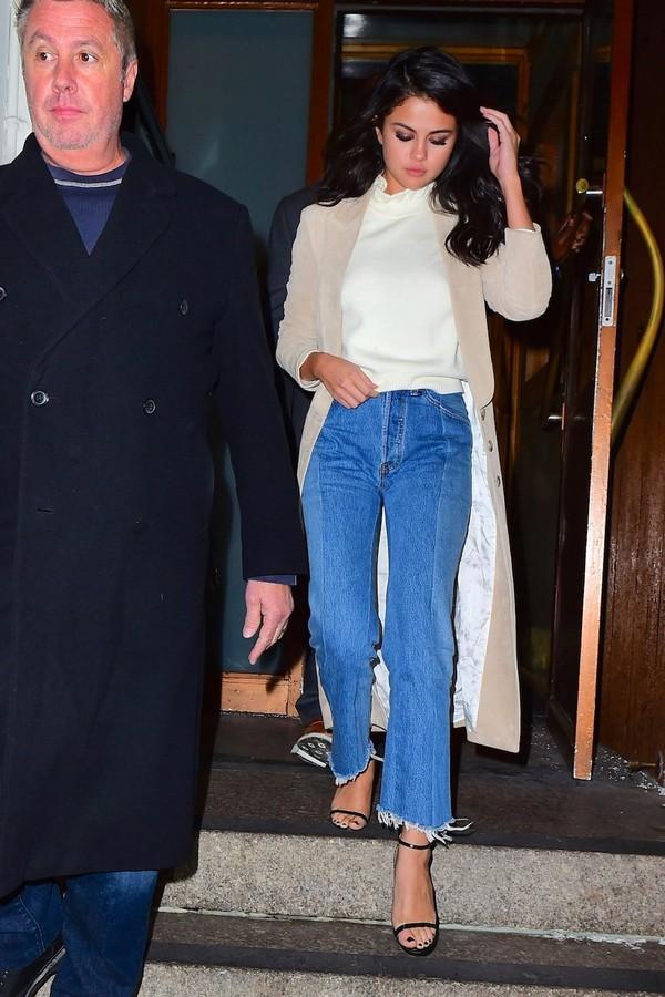 Calça cropped pelas mãos - ou melhor, pernas - de Selena Gomez  (Foto: AKM-GSI)
