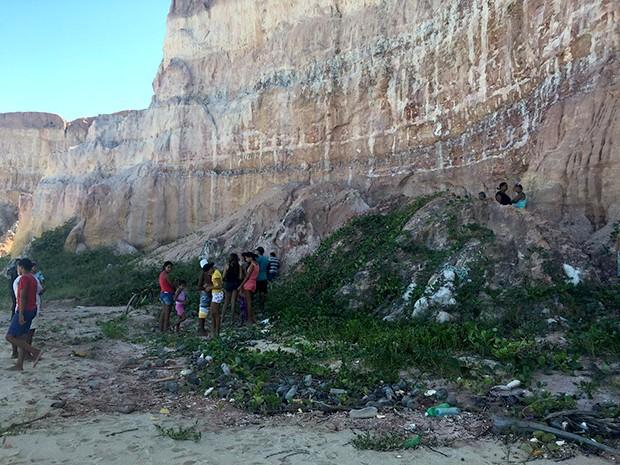 Corpo foi encontrado entre falésias da praia de Cotovelo, no litoral Sul do RN (Foto: Mariana Rocha/ G1)