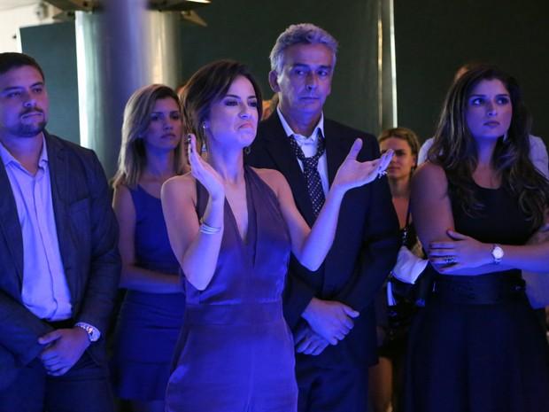 Todos ficam perplexos com escândalo de Maria Clara (Foto: Carol Caminha/ Gshow)