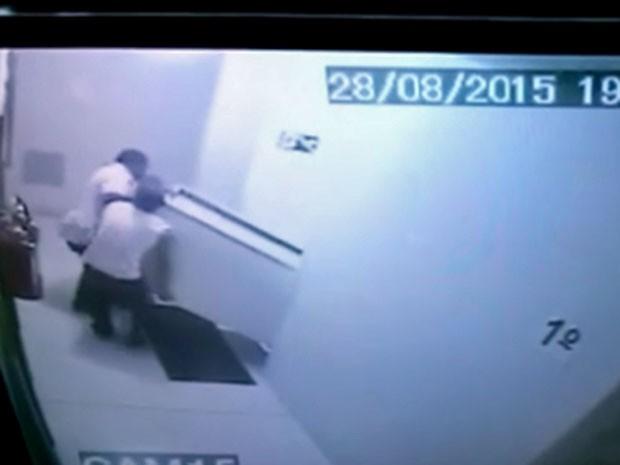 Freezer é carregado para dentro de apartamento no Centro de SP (Foto: Reprodução/TV Globo)