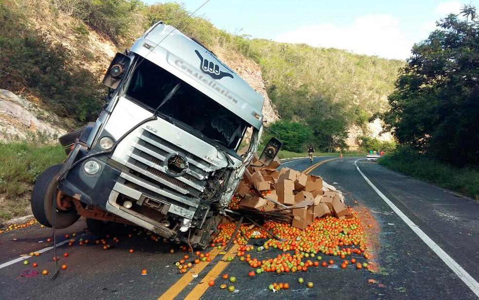 Carreta bateu na lateral da van, na altura do km 378 (Foto: PRF/ Divulgação)