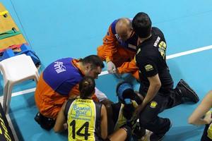 Herrera, do Praia Clube, sente lesão no joelho no jogo contra o Campinas (Foto: Felipe Christ/Amil/Divulgação)