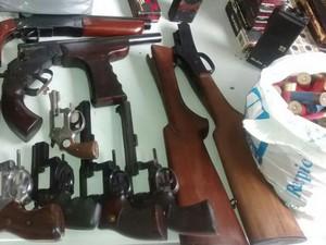 Armas apreendidas com casal (Foto: Divulgação/ Polícia Militar)