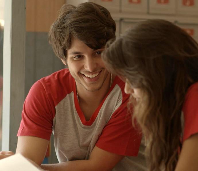 Lucas e Luíza conversam sobre festa do Dom Fernão (Foto: TV Globo)
