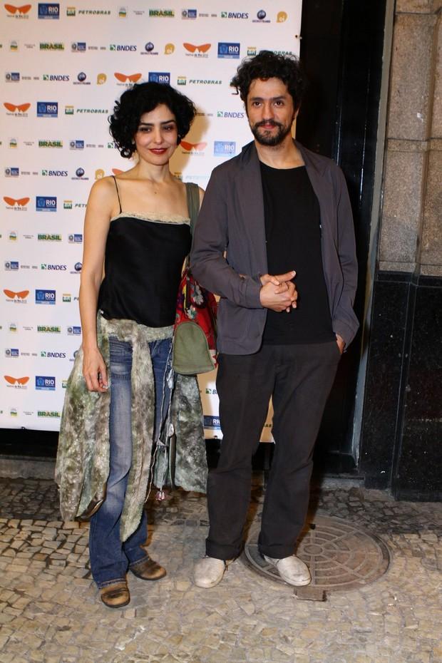 Letícia Sabatella com o namorado, o ator Fernando Alves Pinto (Foto: Raphael Mesquita/Photorionews)
