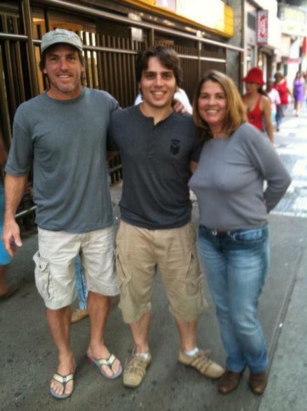 Diego posa com os pais Fernando Rizzo e Tássia Camargo (Foto: Reprodução/Facebook)