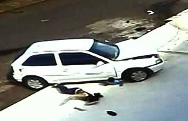 Roda do carro passa por cima de criança duas vezes, em Anápolis, Goiás (Foto: Reprodução/ TV Anhanguera)