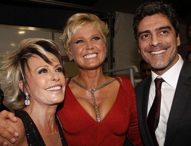 Xuxa foi a grande homenageada da noite. Na foto, ela posa ao lado de Ana Maria Braga e Junno Andrade (Foto: TV Globo/Divulgação)