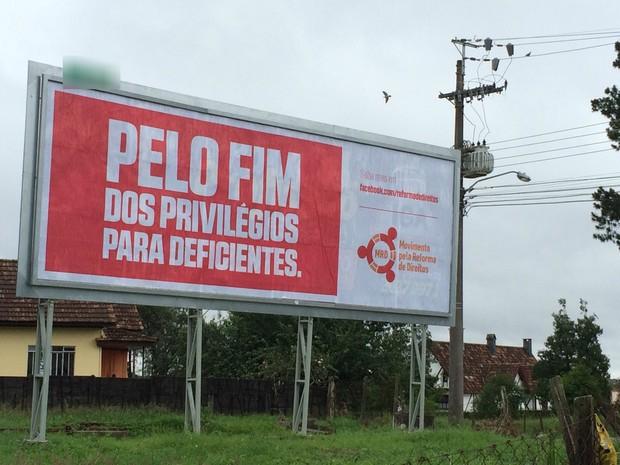 Outdoor foi colocado na Rua Santa Cecília, em Curitiba, na segunda-feira (30) (Foto: Thais Kaniak / G1)