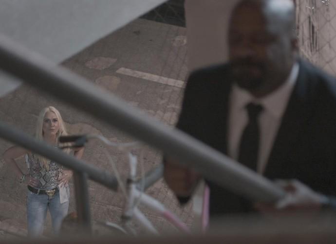 Maristela flagra Florisval a caminho da casa de Rosângela (Foto: TV Globo)