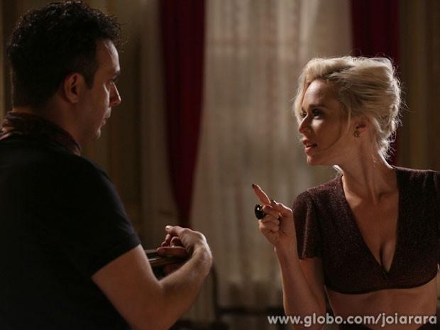 Joel tenta convencer a vedete a desistir da viagem, mas nada para Aurora (Foto: Fábio Rocha / Tv Globo)
