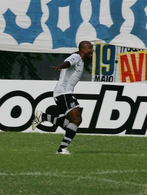 Heleno comemora gol contra o Itapipoca no Perilão (Foto: Kid Júnior/Agência Diário)