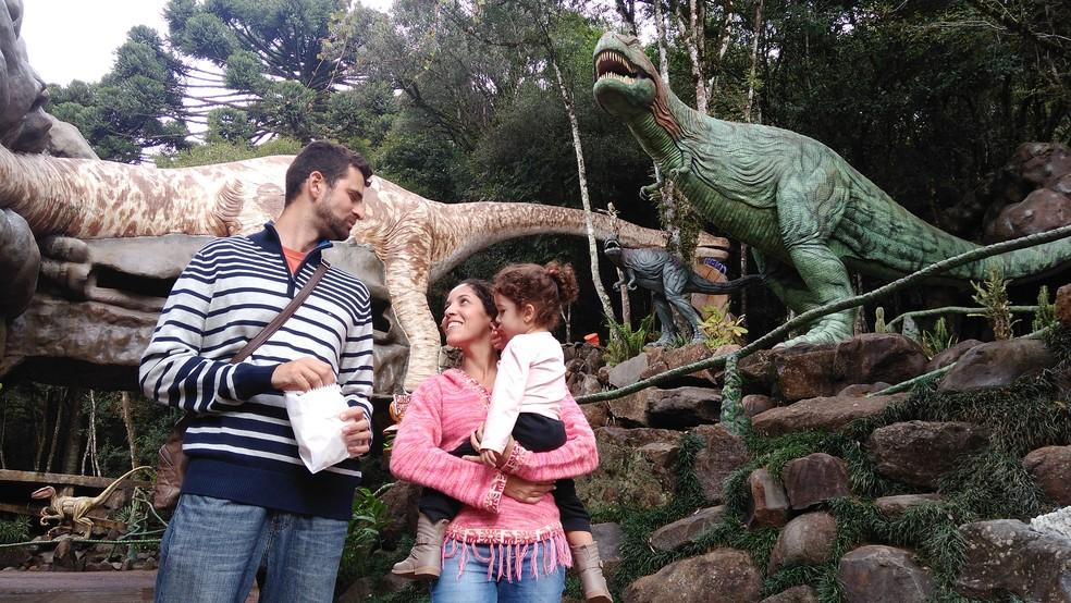 Família de Minas Gerais aproveitou visita à serra gaúcha para conhecer a Terra Mágica (Foto: Henrry Palla/RBS TV)