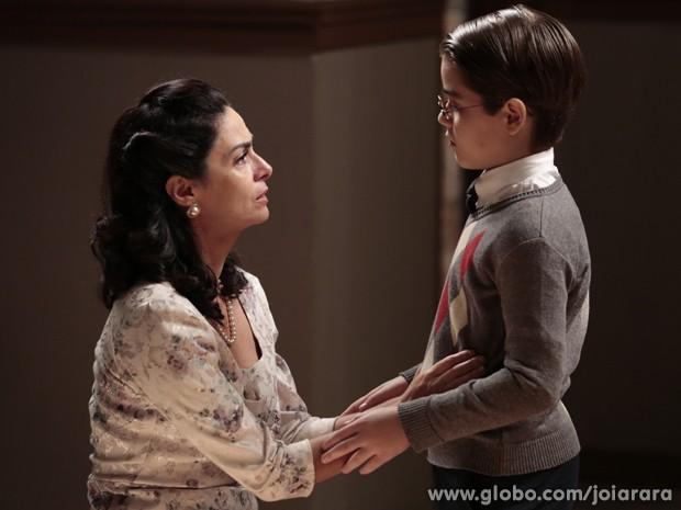 Tavinho pede a Laura para conhecer pais biológicos (Foto: Felipe Monteiro/TV Globo)
