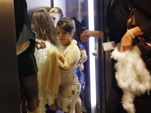 Modelos se preparam para entrar na passarela da Dwarf Fashion Show, no Ministério da Cultura da França, nesta sexta-feira (2) (Foto: Jerome Delay/AP)