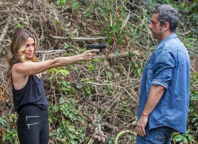 Romero tenta fugir, mas acaba sob a mira de um revólver (Foto: Artur Meninea/ Gshow)