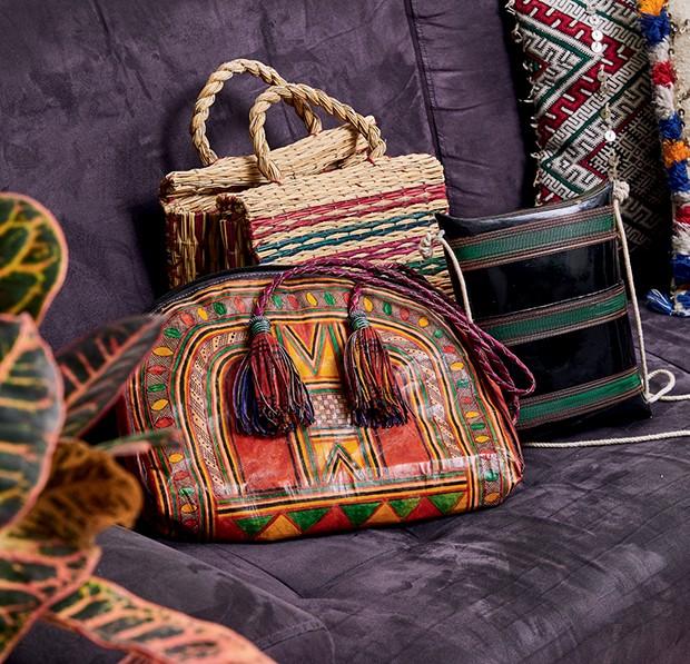 Bolsas compradas em viagens a África, Portugal e Ásia.  (Foto: Pedro Loreto)