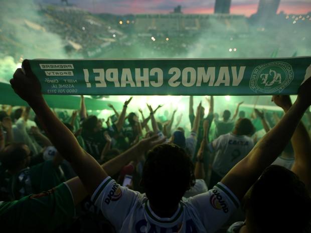 Torcedores da Chapecoense fazem homenagem às vítimas do acidente aéreo na Arena Condá, em Chapecó (SC) (Foto: Paulo Whitaker/Reuters)