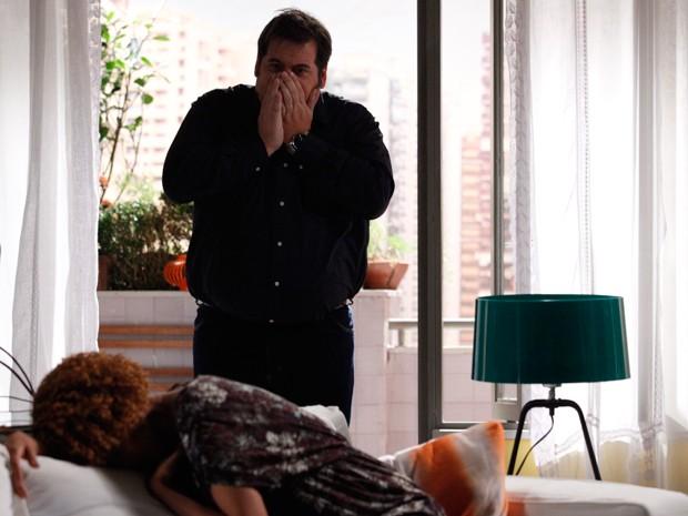 Verônica desmaia e Barata fica desesperado (Foto: Raphael Dias/TV Globo)