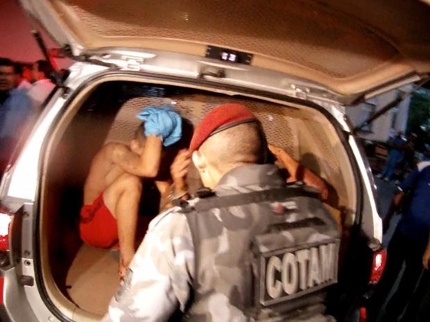 Dois homens foram levado à delegacia em carros separados para evitar confusão (Foto: TV Verdes Mares/Reprodução)